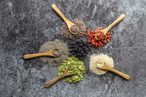 Wooden spoons of chokeberries, chia, aronia, quinoa, moringa and wolfberries - SARF03109