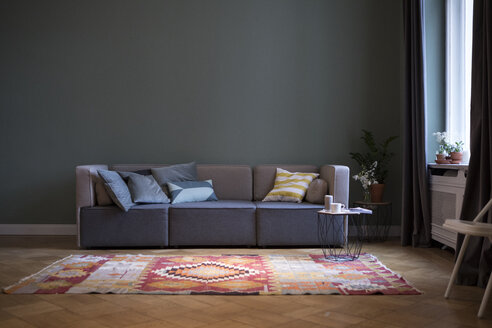 Living room with couch and carpet - RBF05440