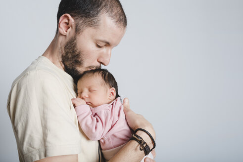 Father kissing his newborn daughter - GEMF01353