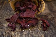 Basket of vegan beetroot chips with fleur de sel - LVF05779