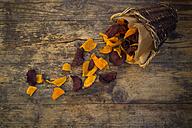 Basket of vegan sweet potato chips and beetroot chips with fleur de sel - LVF05785