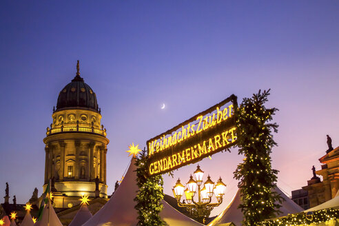 Germany, Berlin, Christmas market at Gendarmenmarkt with lighted German Cathedral in the background - PU00576