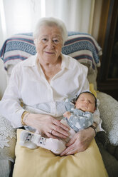 Portrait of great grandmother with her great granddaughter at home - GEMF01364