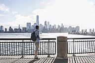 USA, man at New Jersey waterfront with view to Manhattan - UUF09707