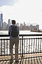 USA, man at New Jersey waterfront with view to Manhattan - UUF09710