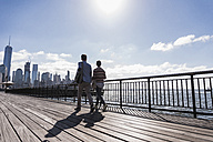 USA, man and woman at New Jersey waterfront with view to Manhattan - UUF09734