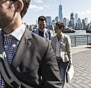 USA, colleagues walking at New Jersey waterfront with view to Manhattan - UUF09761