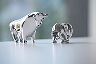 Miniature sculptures of bull and bear on a desk - RB05525