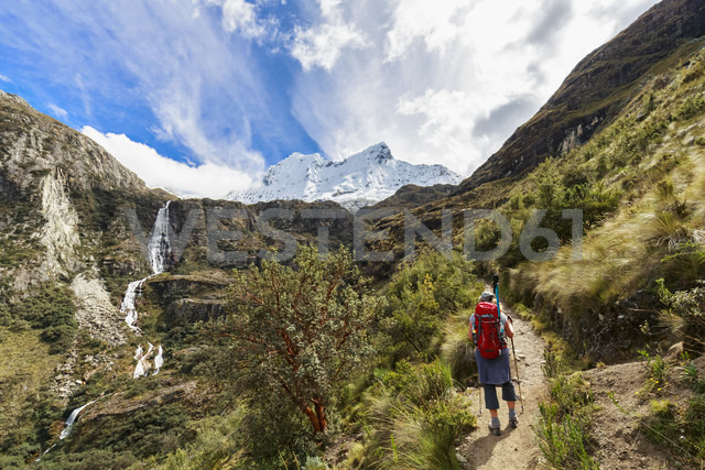 Peru, Andes, Cordillera Blanca, Huascaran National Park, tourist on hiking trail with view to Nevado Chacraraju - FOF08517 - Fotofeeling/Westend61