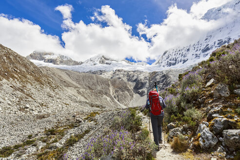 Peru, Andes, Cordillera Blanca, Huascaran National Park, tourist on hiking trail with view to Nevado Chacraraju - FOF08520