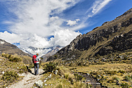 Peru, Andes, Cordillera Blanca, Huascaran National Park, tourist on hiking trail with view to Nevado Huascaran - FOF08523