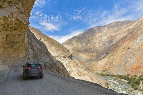 Peru, Andes, Cordillera Negra, SUV on Road 3N, Canon del Pato and Rio Santa - FOF08544