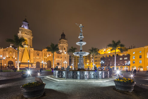 Peru, Lima, Plaza de Armas, Cathedral of Lima and fountain at night - FOF08609