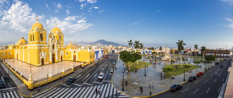 Peru, La Libertad, Trujillo, Plaza de Armas, Cathedral and Liberation Monument - FO08621