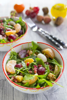 Bowl with rocket, lychee, tangerine, cream cheese, walnuts, grapes and pomegranate seeds - SARF03113