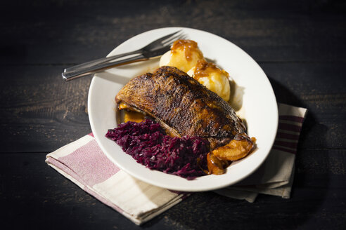 Plate of fried goose breast, red cabbage and potato dumplings - MAEF12101
