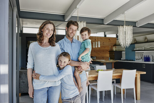 Happy family at home - RORF00501