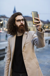 Stylish young man in the city taking a selfie - MAUF00964