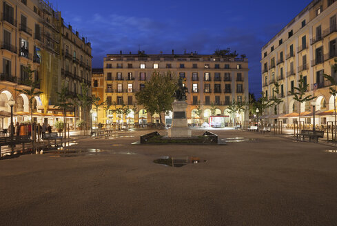 Spain, Girona, Independence Square at night - ABOF00141