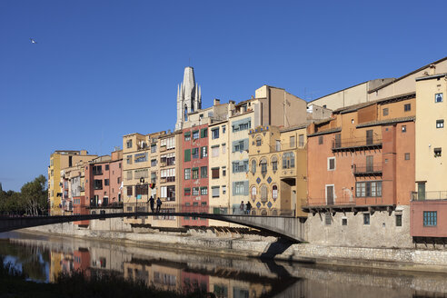 Spain, Girona, row of old houses  and Gomez Bridge over Onyar River in Barri Vell - ABOF00147