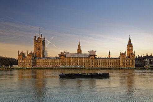 UK, London, River Thames, Big Ben and Houses of Parliament at dusk - GFF00925