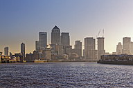 UK, London, skyline of Canary Wharf at River Thames - GFF00964