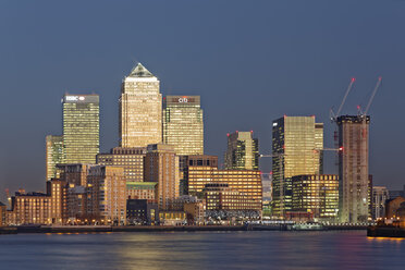 UK, London, skyline of Canary Wharf at River Thames at dusk - GFF00970
