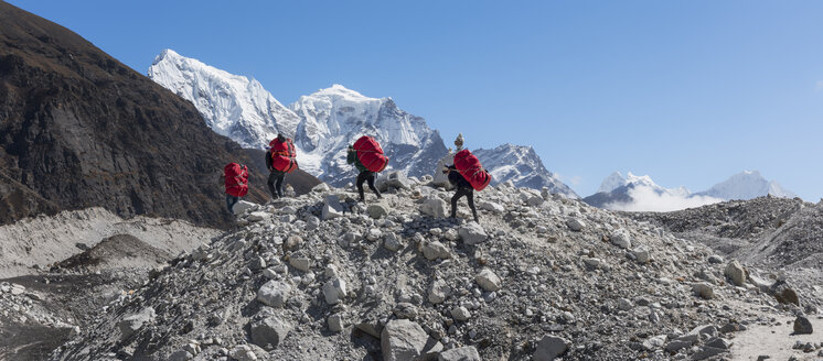 Nepal, Himalaya, Khumbu, Everest region, Porters on Ngozumpa glacier - ALRF00782