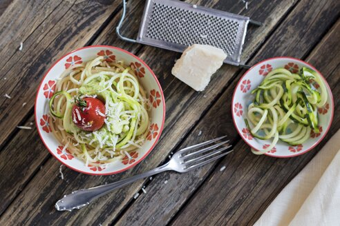 Bowl of spaghetti, zucchini spaghetti, guacamole, cherry tomato and grated parmesan - YFF00614