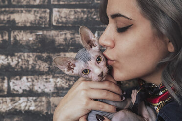 Young woman kissing Sphynx cat - RTBF00596