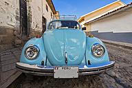 Peru, Cusco, old car in the street - FO08752