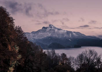 Austria, Mondsee, view to Lake Mondsee and Schafberg at dusk - WVF00799