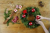 Preparing of an Advent wreath - LBF01533