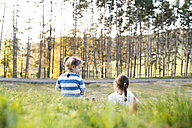 Two girls sitting in meadow - HAPF01303