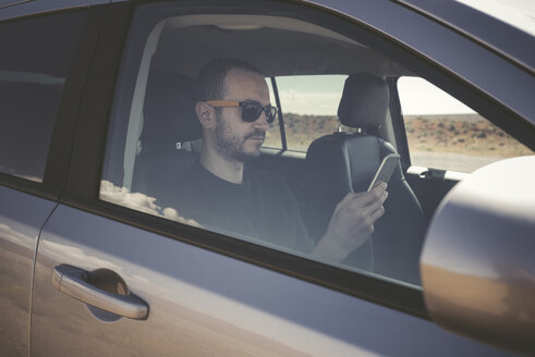 Man in a car with smartphone - EPF00285