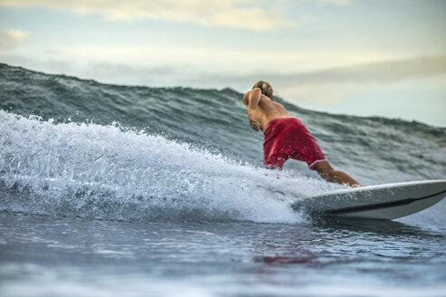 Indonesia, Bali, man surfing - KNTF00613