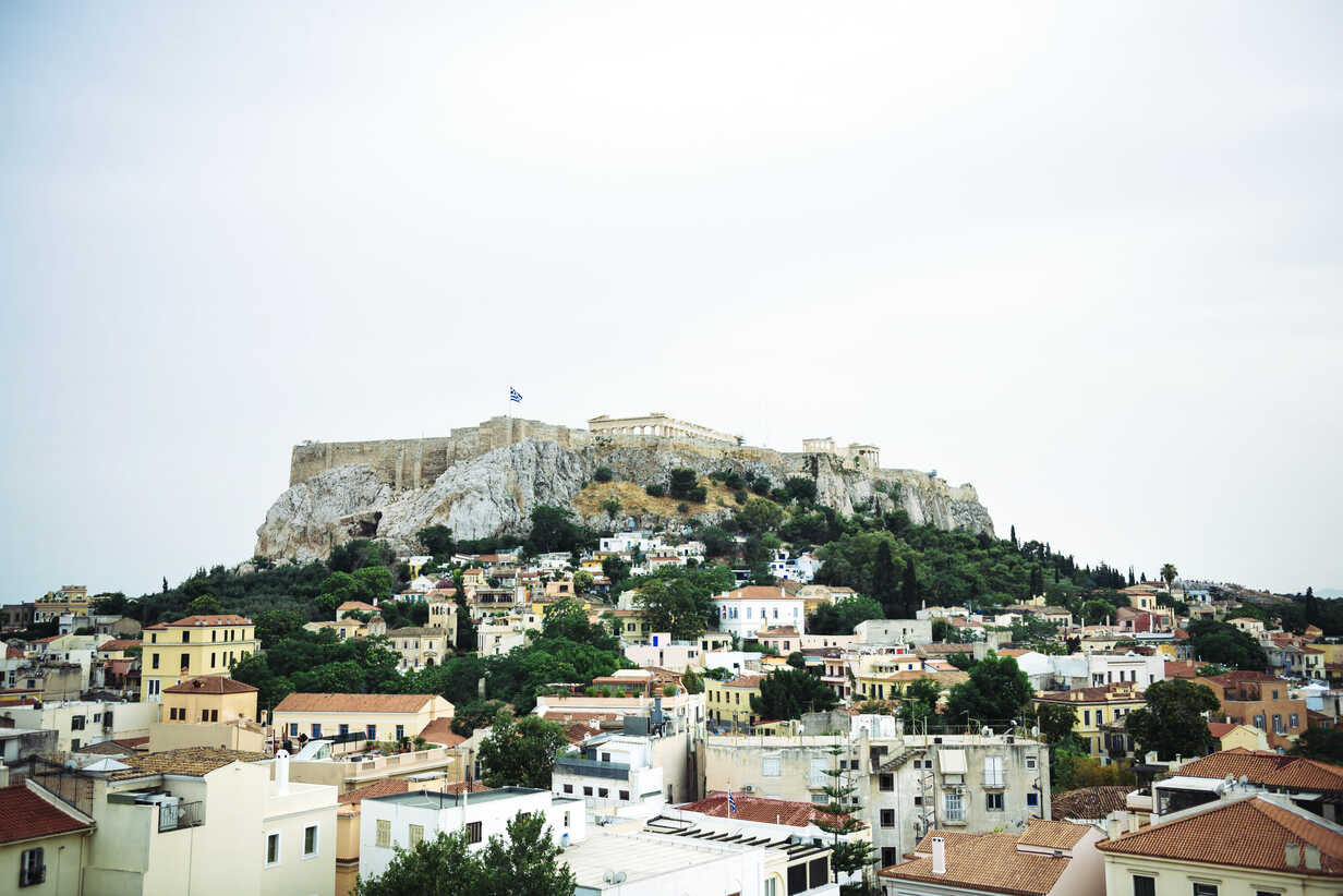 Greece, Athens, the Parthenon temple in the Acropolis surrounded by the city - GEMF01399 - Gemma Ferrando/Westend61
