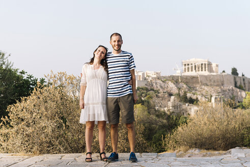 Greece, Athens, happy couple at Areopagus with The Acropolis and Parthenon in the background - GEMF01426
