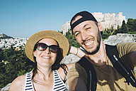 Greece, Athens, selfie of a couple with The Acropolis in the background - GEMF01447
