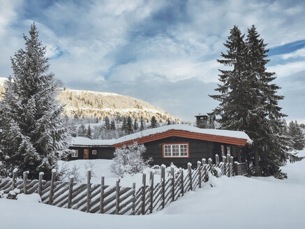 Norway, Oppland, log cabin in winter landscape - JUBF00189