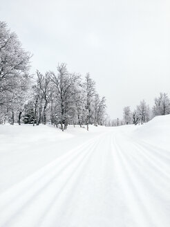 Norway, Oppland, snow-covered  cross country ski slope in winter landscape - JUBF00192