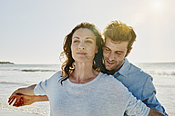 Portrait of couple on the beach - RORF00546