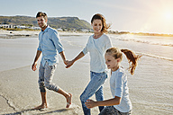 Couple strolling with daughter on the beach - RORF00558