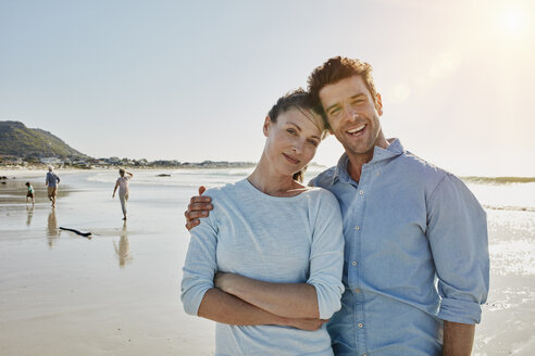 Portrait of couple on the beach - RORF00561