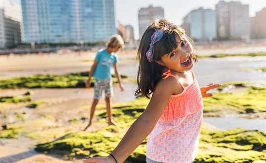 Portrait of little girl with hair ribbon on the beach - MGOF02844