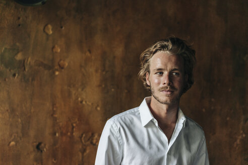 Portrait of blond man wearing white shirt - KNSF00943