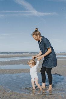 Netherlands, Schiermonnikoog, mother with little daughter on the beach - DWF00264