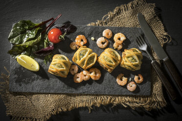 Puff pastry filled with salmon and shrimps - MAEF12109