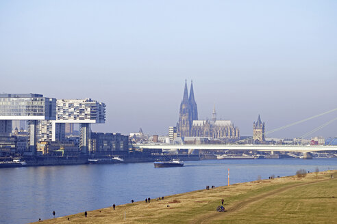 Germany, Cologne, Crane Houses at River Rhine and Cologne Cathedral in the background - HLF01000