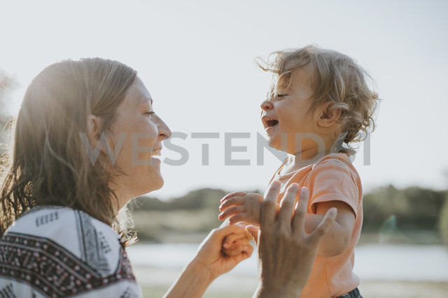Mother and little daughter singing together - DWF00276
